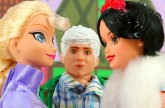 Frozen Elsa Vs Snow White Disney Princess Fight. DisneyToysFan